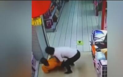 Padre causa la muerte de su hijo mientras jugaba con él en un supermerca...