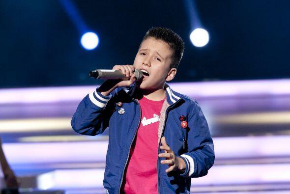 ¡Toñito es todo un galan y con esa voz...podría conquistar a cualquiera!