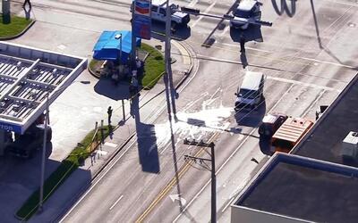 Camioneta se estrella contra parada de autobús en Miami y deja a tres pe...
