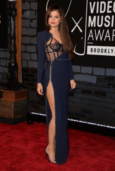 Selena Gómez se veía más allá de lo espectacular con este diseño de Vers...