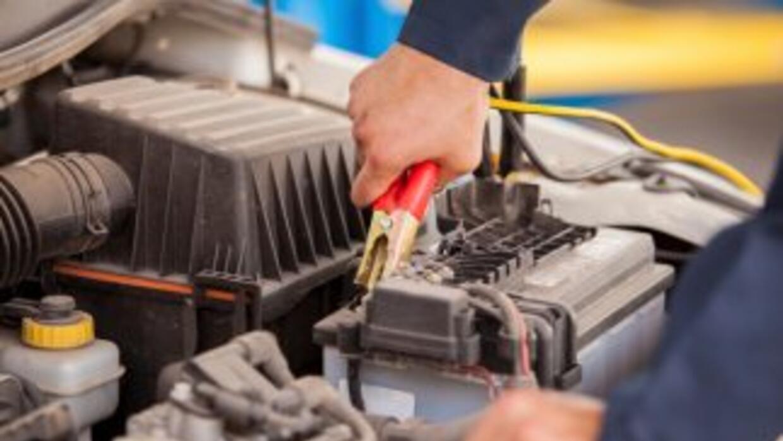¿Te preguntas cómo arrancar un coche sin batería? Te mostramos cómo hace...