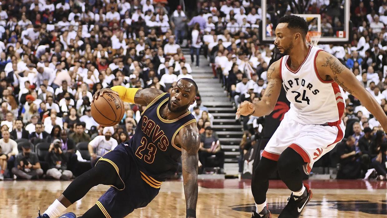 El alero de los Cavaliers de Cleveland, LeBron James, cae al suelo ante...