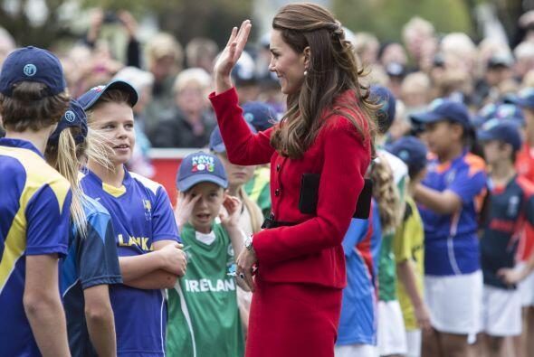Nadie se quiere perder de la visita de la duquesa. Más videos de...