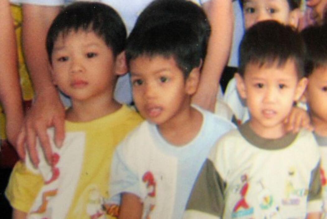 Pax (de amarillo) se convirtió en el tercer hijo adoptado de la pareja....