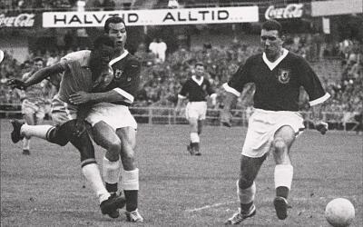 Pelé enfrentando a Gales en Suecia 58.