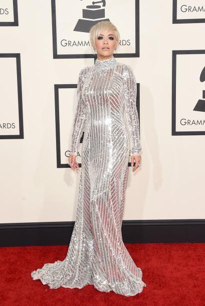 Tapada de pies a cabeza, este año, Rita Ora no quiso pertenecer a...
