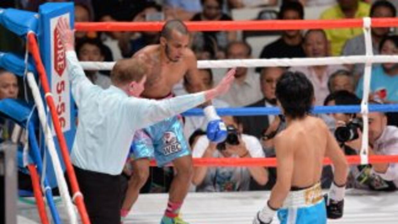 Shinsuke Yamanaka observa como el juez detiene la pelea ante José Nieves.