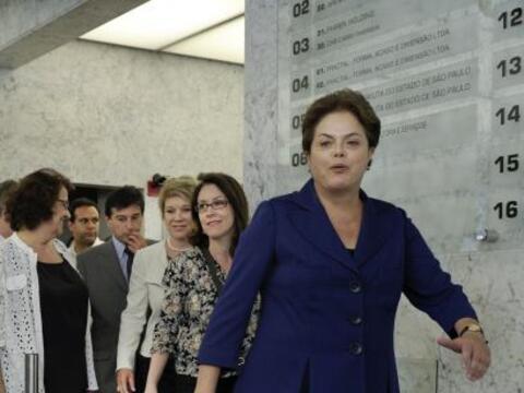 La candidata oficialista a la Presidencia de Brasil, Dilma Rousseff, se...