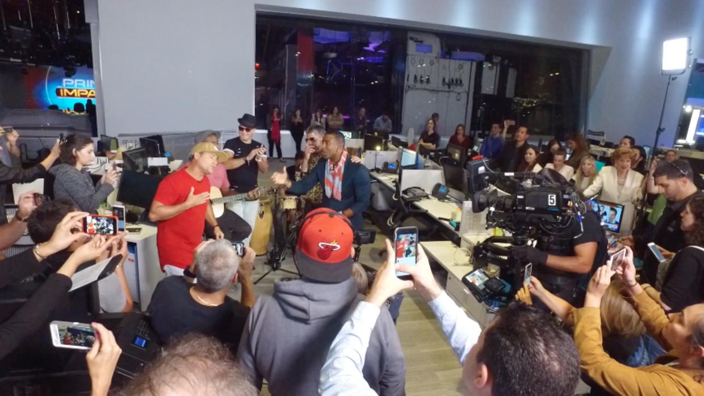 Tras las cámaras: Orishas invade la redacción de Univision Noticias