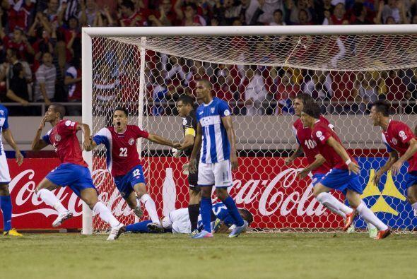Se jugaba el minuto 25 cuando el tico Celso Borges disparó al arco. El p...