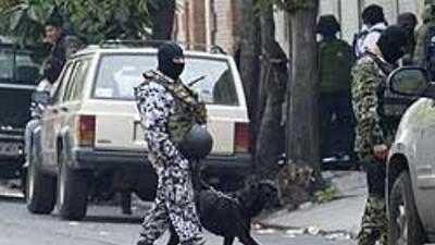 Militares mexicanos hallaron toneles con restos humanos diluidos en ácid...