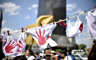 Fotografía tomada durante las protestas femeninas en México por los alto...