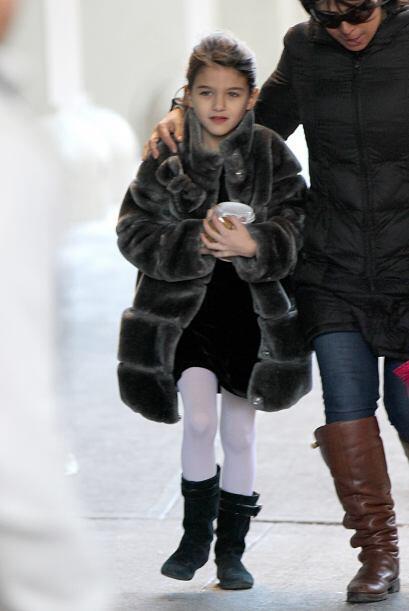 ¿Quién le habrá comprado a la pequeña este abrigo, Tom o Katie? Más vide...
