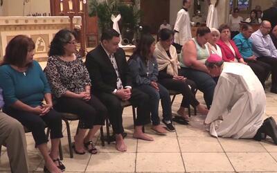Cientos de feligreses acudieron a la tradicional misa del jueves Santo e...
