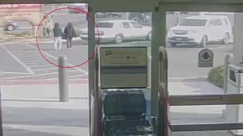 Ladrón sorprende a su víctima y le roba la cartera a la salida de un sup...