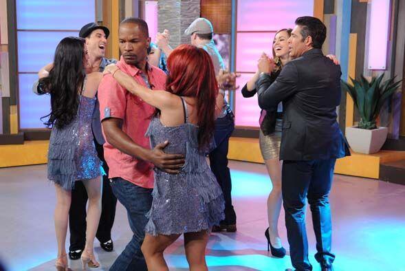 Luego bailaron el paso básico de la salsa y en seguida con el estilo pue...