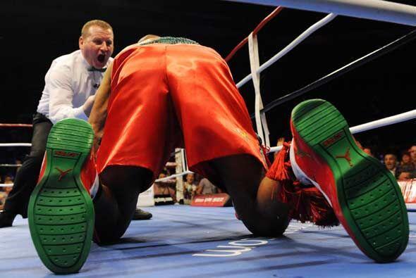 Roy Jones Jr. logró levantarse a duras penas para seguir peleando.