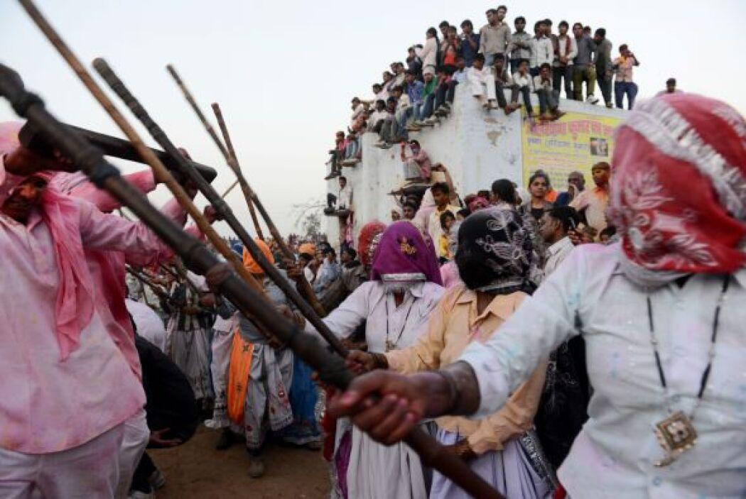 En la ciudad natal tradicional de Krishna, en  Nandgaon, los hombres de...