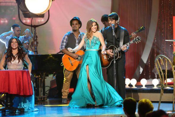 Fue una de las más coquetas al estar junto al cantante.