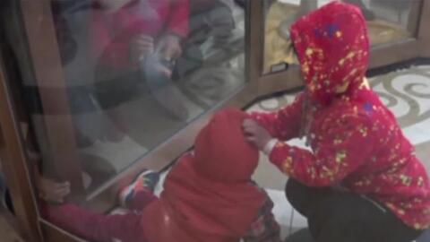Dos niños quedan atrapados en la puerta giratoria de un hotel en China