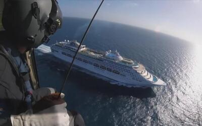 Equipo de emergencia aérea rescata a un hombre en pleno crucero por Aust...