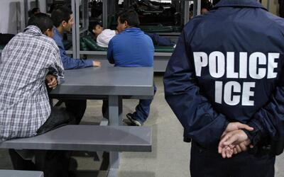 Inmigración detuvo a 26 personas cuando estas cumplían con su servicio c...