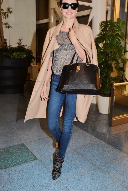 Miranda Kerr te daría muchísimas ideas para combinar tus pantalones 'den...