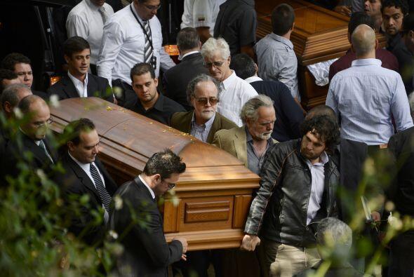 El féretro fue conducido hasta el panteón por sus hermanos...