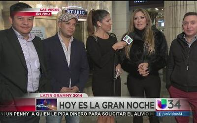 Fernanda Kelly rodeada de nominados a los Latin Grammy