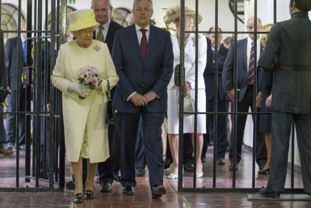 Por la mañana, en un hecho sin precedentes, la monarca visitó la cárcel...