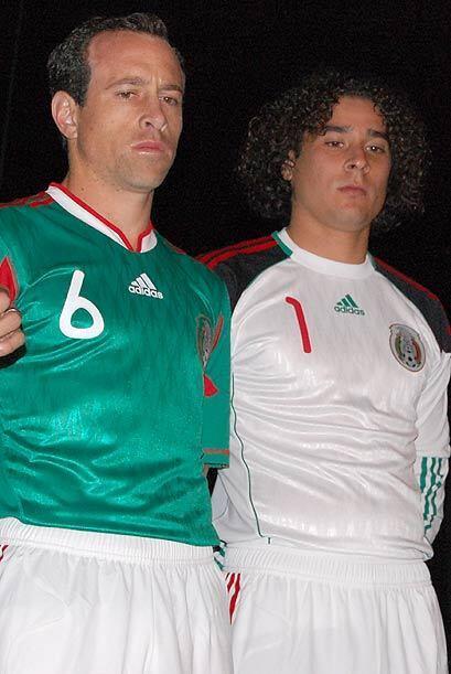 Gerardo Torrado y Memo Ochoa también mostraron la camiseta que utilizará...