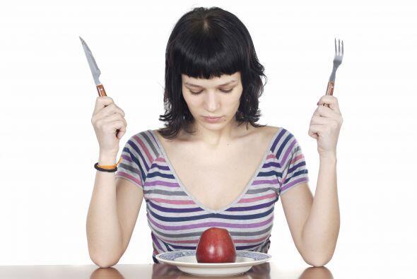 Cuando los padres escogen los alimentos que pueden consumir los niños y...