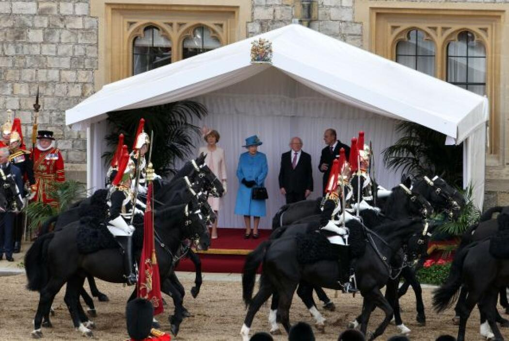 Allí, en el Castillo de Windsor, Isabel II y su esposo, el duque de Edim...