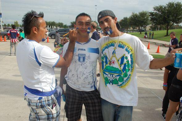 Y estos tipos también se pintaban el rostro, en favor de Honduras.