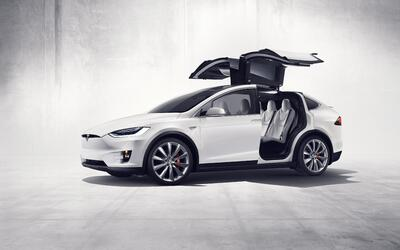 """La Tesla Model X con sus puertas """"ala de halcón"""" abiertas"""