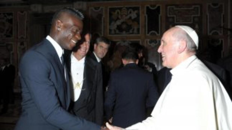 Imagen del encuentro entre Mario Balotelli y el papa Francisco.