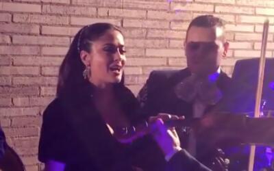 Salma Hayek entona, por lo que pudo haber sido cantante también.