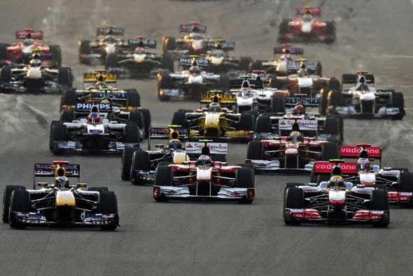 Fernando Alonso (al centro) intentó adelantar a sus rivales a Vettel y H...