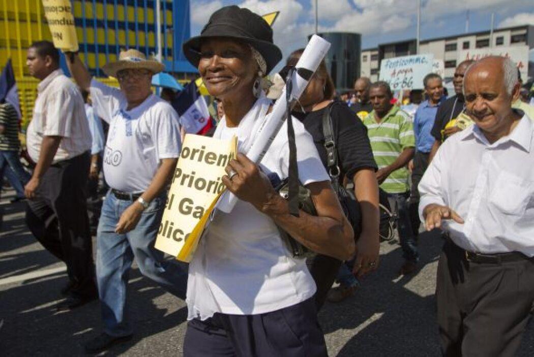 Cientos de personas manifestaron este martes ante el Congreso dominicano...