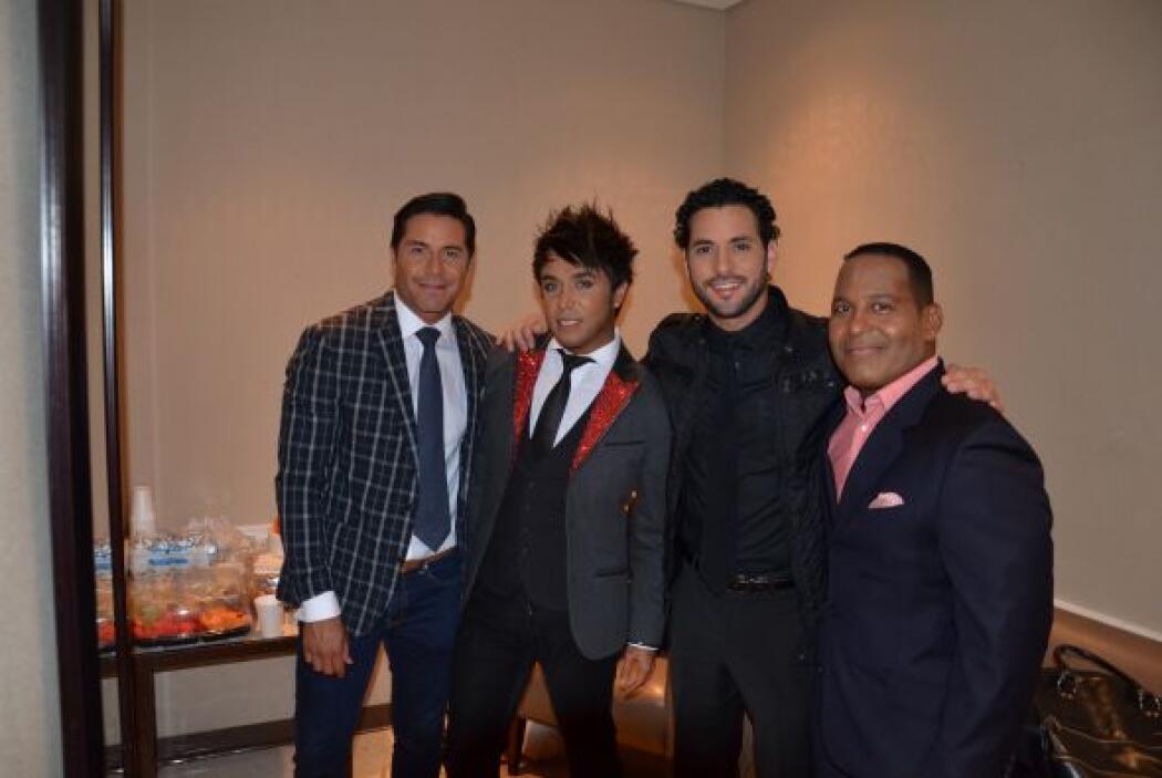 ¡Luego los hombres! ¡Posen para una foto, Alberto, Fredo, Alexis y Tony!...