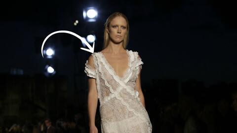 La colección de Givenchy para este verano enfatiza el escote pron...