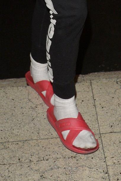 Miren nada más su elección, ¿sandalias de hule y calcetines blancos?