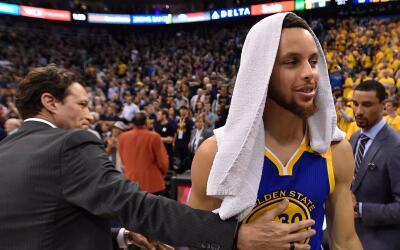 Curry anotó 30 puntos y los Warriors barrieron a los Jazz