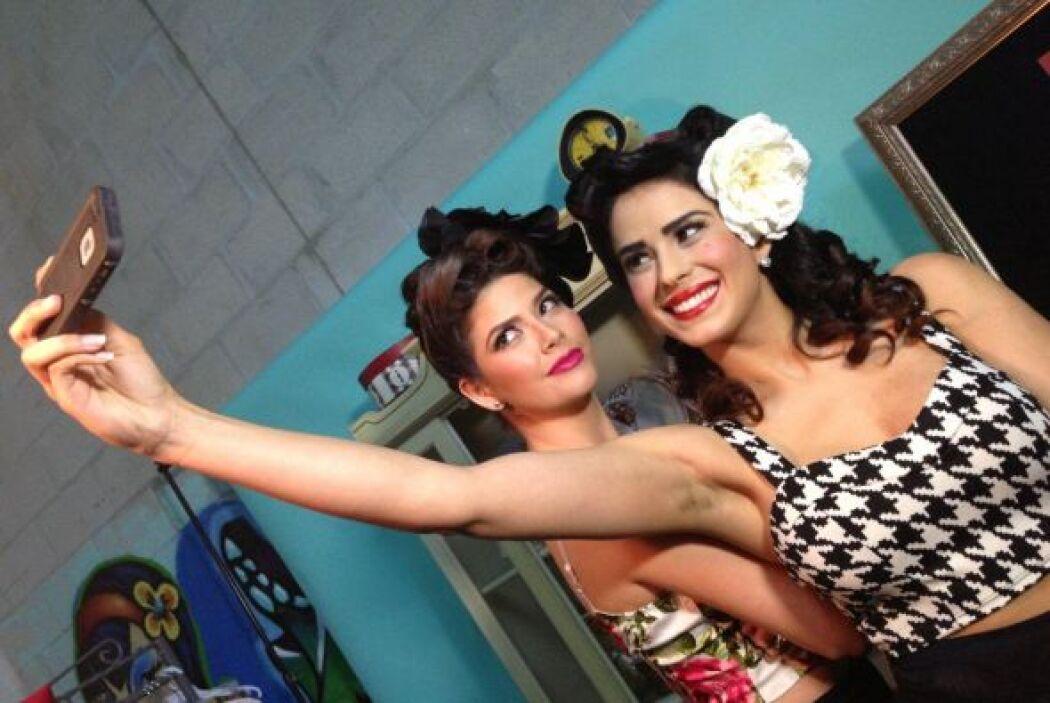 Vanessa y Ana se tomaron fotos con sus teléfonos celulares.