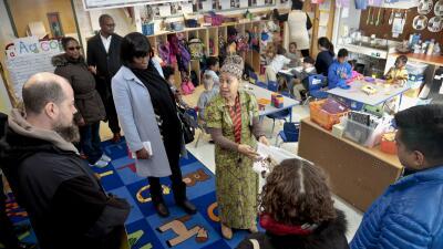 Una funcionaria de la escuela 705 lidera visita de padres al plantel.