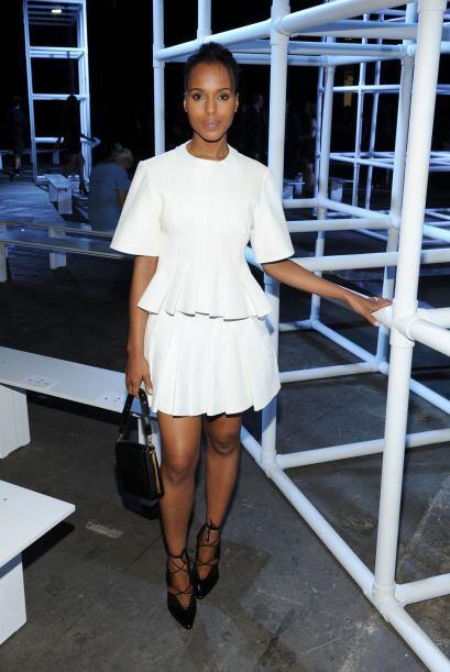Con un vestido blanco del diseñador, zapatos de agujeta negros y...