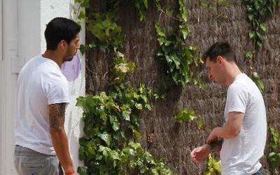 Leo Messi y Luis Suarez con sus hijos