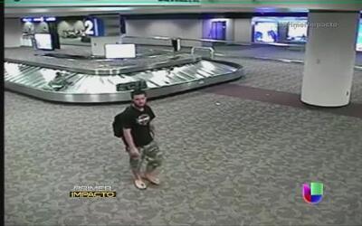 Captan en video el momento en el que un hombre se roba una maleta en el...