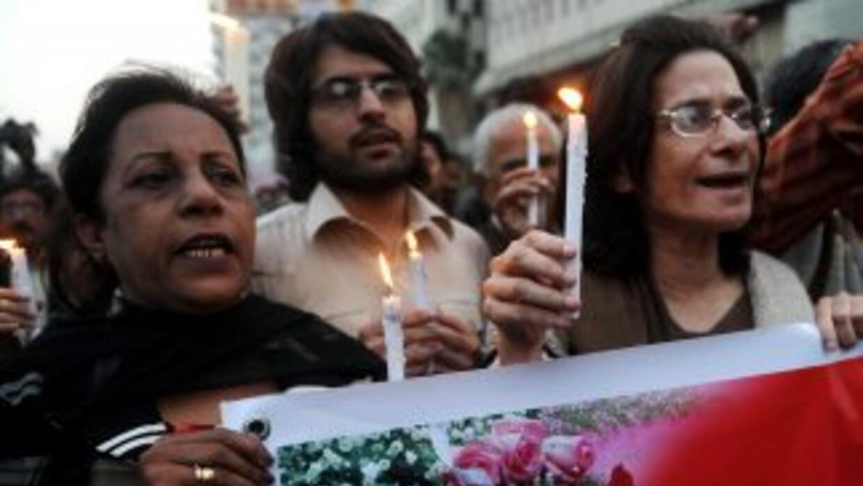 Miles de personas asistieron al funeral del gobernador de Punyab, Salman...