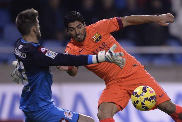 Luis Suárez estuvo cerca del gol en tres oportunidades pero el charrúa n...